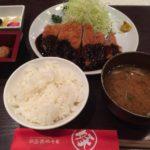 田中屋豚肉店でとんかつを食べる
