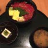 伊丹空港で黒門まぐろのエン時で漬けマグロ丼を食べる